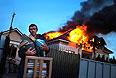 Житель села Николаевка спасает книги из горящего дома.