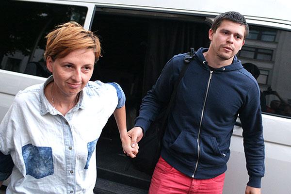 Анастасия Станко и Илья Бескоровайный возле штаба народного ополчения ЛНР.