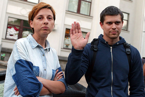 Анастасия Станко и Илья Бескоровайный, ранее подозреваемые в шпионаже и пособничестве украинским властям, после освобождения из штаба народного ополчения ЛНР.