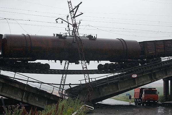 В результате взрыва в районе Новобахмутовки произошло обрушение пролетов моста на дорожное полотно.