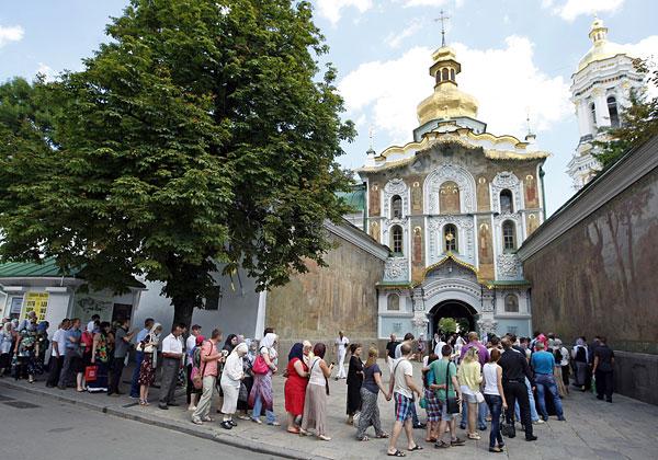 Очередь во время прощания с митрополитом Киевским и всея Украины Владимиром в Киево-печерской лавре.