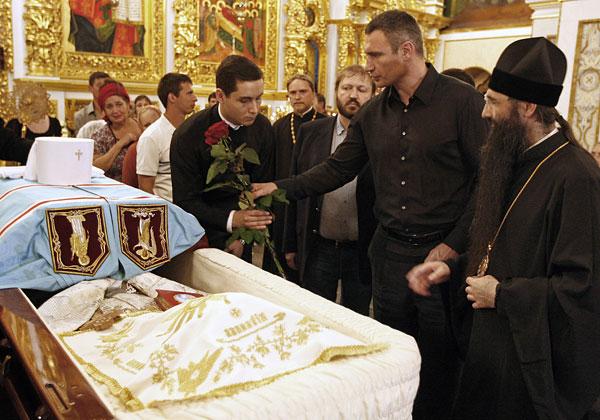 Мэр Киева Виталий Кличко (второй справа) во время прощания с митрополитом Киевским и всея Украины Владимиром.
