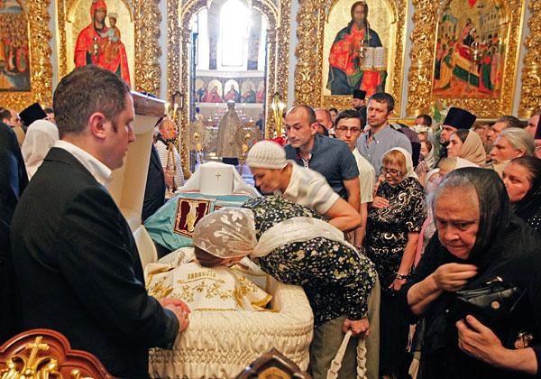 Верующие во время прощания с митрополитом Владимиром в Успенском соборе Киево-Печерской Лавры.