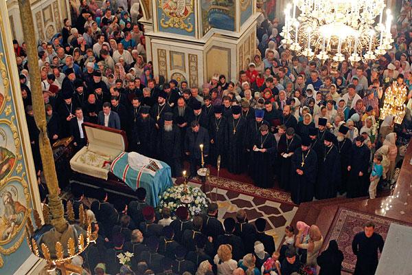 Прощание духовенства и верующих с митрополитом Владимиром.