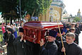 Священнослужители несут гроб с телом митрополита Киевского и всея Украины Владимира.