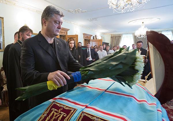 Президент Украины Петр Порошенко у гроба митрополита Киевского и всея Украины Владимира.