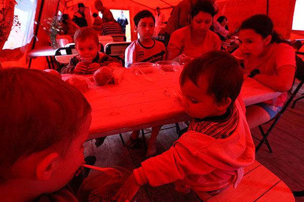 Обед в полевой столовой лагеря для беженцев с Украины.