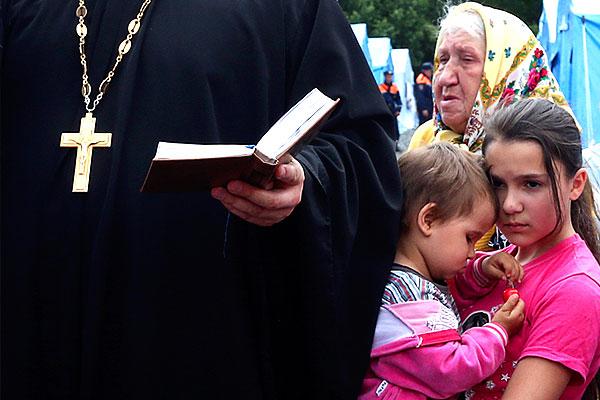 Чтение молитвы в лагере для беженцев в город Новошахтинске Ростовской области.