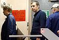 Обвиняемый в участии в массовых беспорядках на Болотной площади Михаил Косенко (в центре) на выходе из Московской областной психиатрической больницы № 5. Слева - сестра Михаила Косенко Ксения.