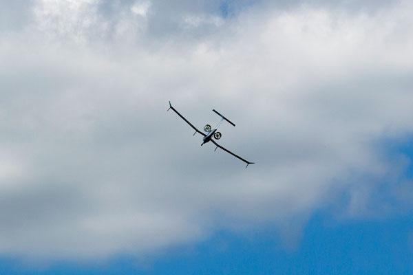 Электрический самолет Tekever во время маневра над Фарнборо.