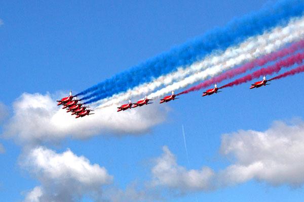 """Пилотажная группа истребителей ВВС Великобритании под названием """"Red Arrows"""" (Красные Стрелы)."""