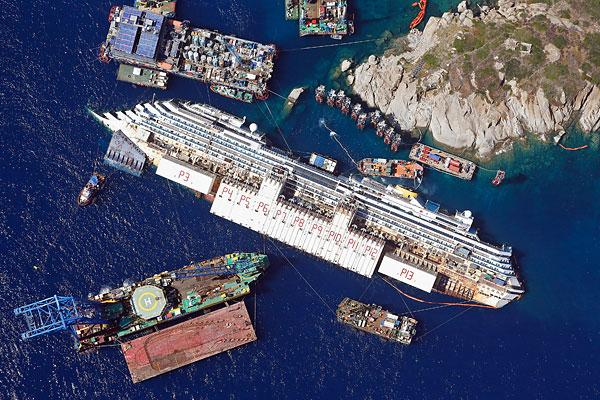 Вид с воздуха на затонувший лайнер и берег острова Джильо.