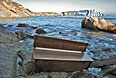 """Скамья с лайнера """"Коста Конкордиа"""", которую выбросило на берег."""