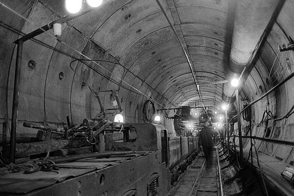 """Первый инцидент в Московском метрополитене, предположительно повлекший за собой человеческие жертвы, произошел 12 июня 1981 года. В поезде, находившимся между станциями """"Октябрьская"""" и """"Третьяковская"""", вспыхнул пожар. Сгорело четыре вагона, несколько пожарных получили тяжелое отравление. По официальным данным, пострадавших не было, по другой информации погибло не менее 7 человек."""