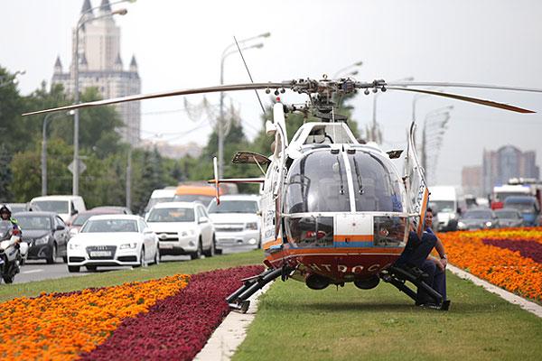 Вертолет МЧС на Кутузовском проспекте.