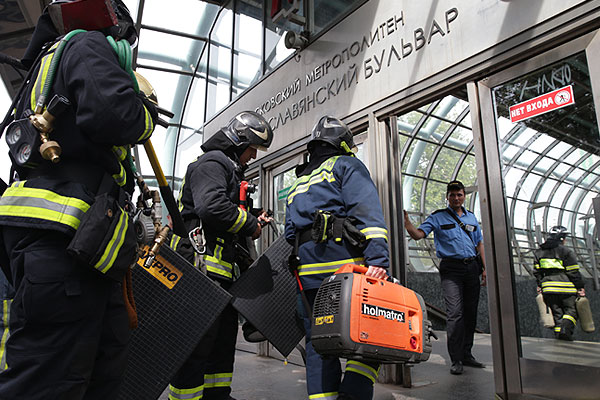 Сотрудники МЧС у входа на станцию.