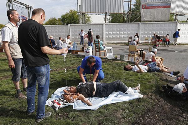 Пострадавшим в результате аварии оказывают помощь.