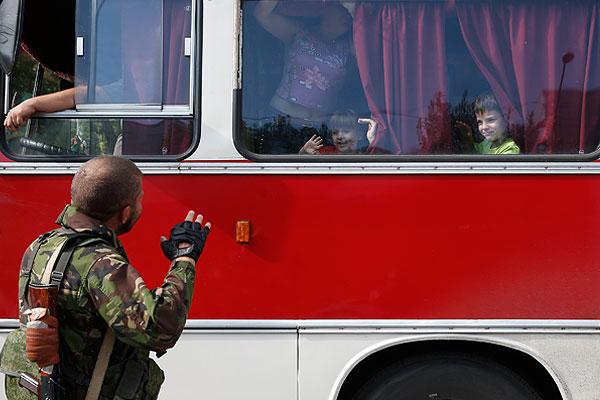 Мужчина прощается с детьми в автобусе.