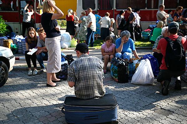 Жители города на чемоданах.