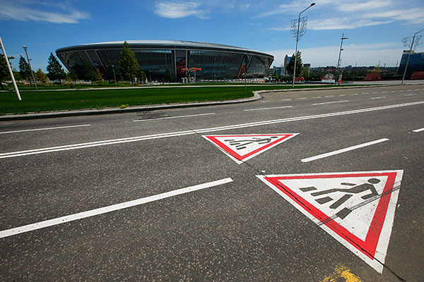 "Донецкий стадион ""Шахтер"" и опустевшие улицы города."