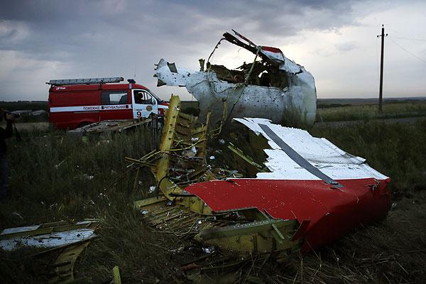 """На месте крушения самолета """"Боинг-777"""" на востоке Украины обнаружили бортовые самописцы авиалайнера."""