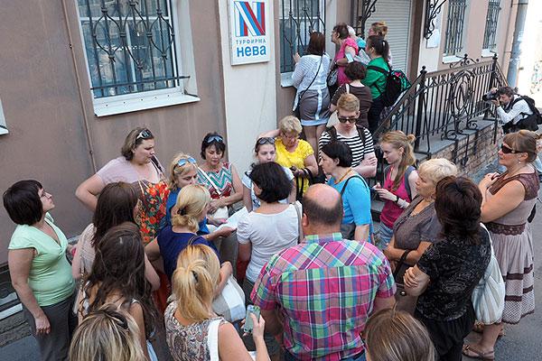 """Туроператор """"Нева"""", накануне объявивший о приостановке своей деятельности, начал возвращать паспорта клиентам, ожидавшим оформления виз, в офисах Москвы и Санкт-Петербурга."""