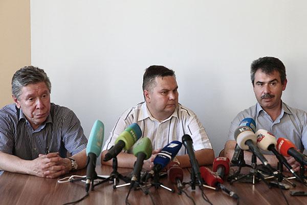 """Владелец турфирмы """"Нева"""" Сергей Тимралиев (слева) и генеральный директор турфирмы """"Нева"""" Максим Пирогов (справа) во время пресс-конференции."""