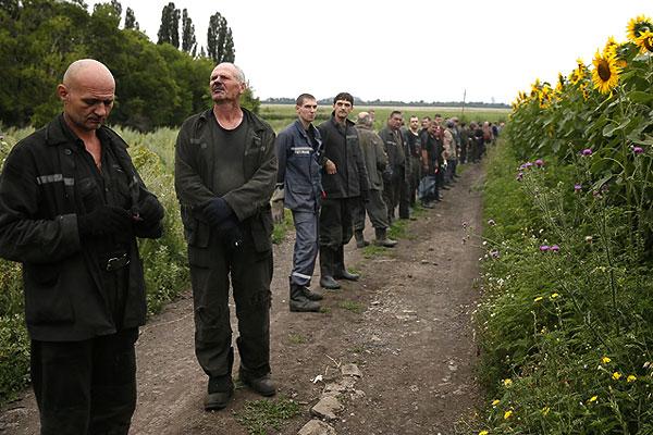 """В Киеве утверждают, что поисковые работы на месте падения """"Боинга"""" усложняются присутствием ополченцев, которые якобы препятствуют работе подразделений ГСЧС."""