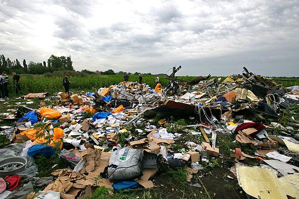 Груда вещей и мусора на месте падения самолета.