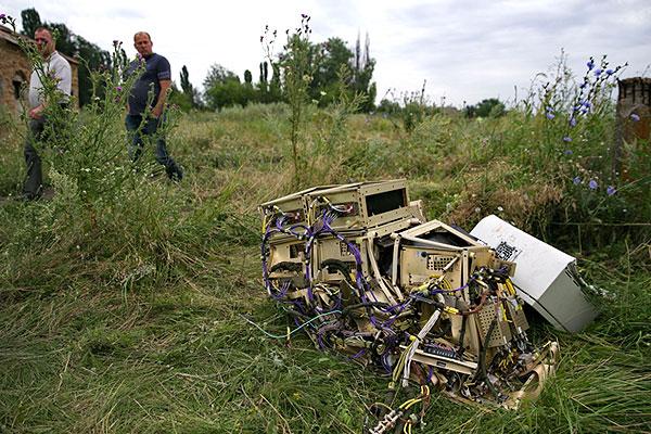 """""""Боинг 777"""" Malaysia Airlines, следовавший по курсу Амстердам (Нидерланды) - Куала-Лумпур (Малайзия), разбился в четверг на востоке Украины. Погибли 298 человек. СБУ начало уголовное производство по статье """"теракт""""."""