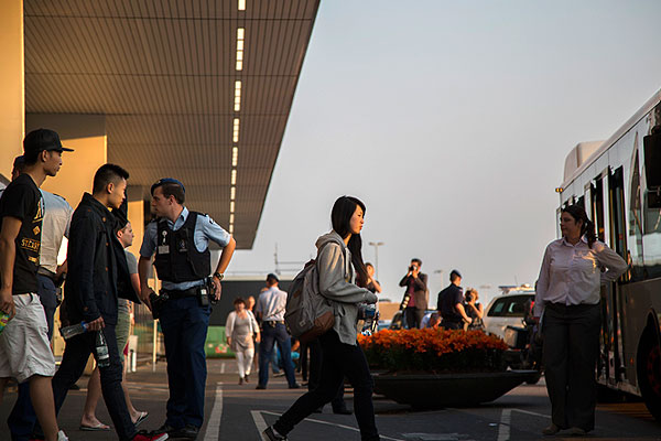 Членов семей пассажиров рейса MH17 переводят в отдельную зону амстердамского аэропорта Схипхол.