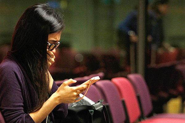 Родственница кого-то из пассажиров рейса MH17 перед вылетом из Шанхая в Куала-Лумпур.