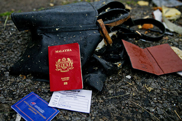 """Документы на месте падения пассажирского самолета """"Малайзийских авиалиний""""."""