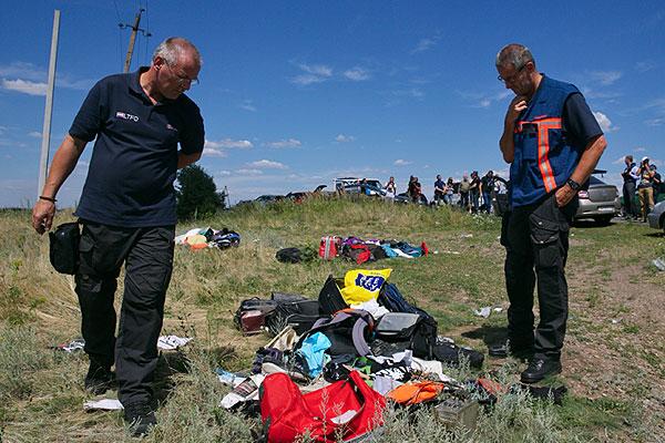 """Группа международных экспертов-криминалистов на месте падения пассажирского самолета """"Малайзийских авиалиний"""" Boeing 777."""