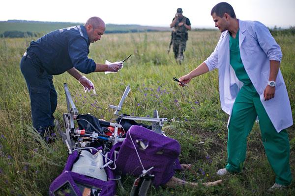 Сотрудник ГСЧС и медицинский работник на месте трагедии.