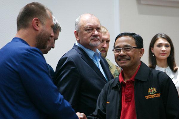Бортовые самописцы из рук Бородая получил специальный представитель правительства Малайзии полковник Мохд Сакри.