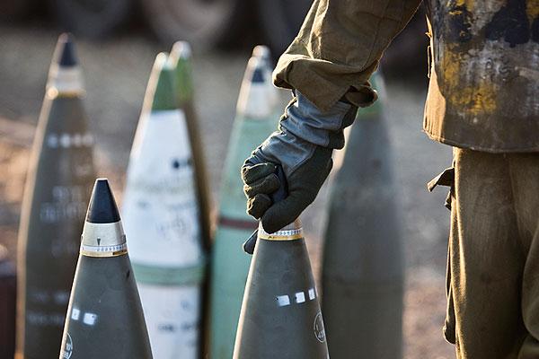 Израильский военный заряжает снаряд.