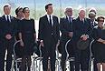 Король Нидерландов Виллем-Александер, его супруга королева Максима, премьер-министр страны Марк Рютте в аэропорту Эйндховена во время церемонии встречи тел погибших.