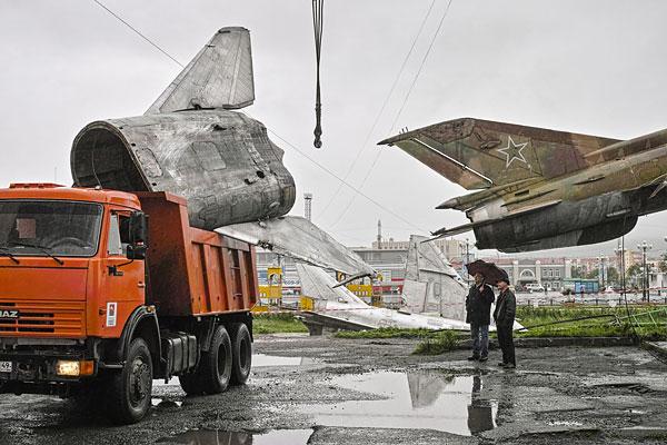 Два реактивных самолета-памятника Су-24 до потопа были экспонатами музея военной техники под открытым небом.
