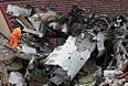 Обломки самолета на крыше жилого дома.