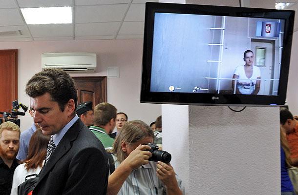 Консул Украины в России Геннадий Брескаленко (слева) и журналисты в Воронежском областном суде.