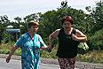 Жительницы Шахтерска направляются по дороге из города.