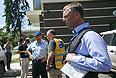 Заместитель руководителя специальной миссии наблюдателей ОБСЕ на Украине Александр Хаг у отеля.