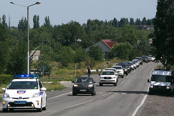 Автомобили группы голландских и австралийских экспертов на выезде из Шахтерска. Группа международных экспертов направлялась на место крушения малайзийского авиалайнера Boeing 777, но в окрестностях города Торез решила вернуться в Донецк из соображений безопасности.