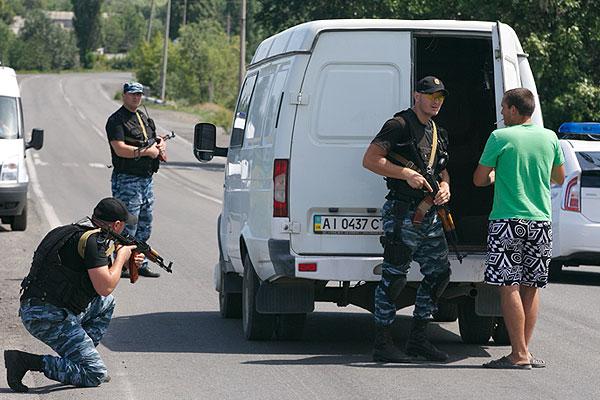 """Сотрудники подразделения милиции ДНР """"Беркут"""" на въезде в Шахтерск."""