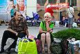 Жители Горловки на автовокзале. В городе Горловка Донецкой области в результате артобстрела за сутки погибли 17 мирных жителей, среди них трое детей, ранены 43 человека, сообщил во вторник городской совет. В связи с трагическими событиями в городе с 29 июля объявлен трехдневный траур.
