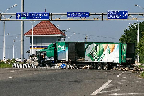 Заблокированный проезд на блокпосту в Ясиноватой.