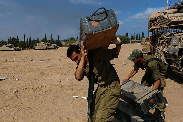 Обстрел сектора Газа, предпринятый в среду армией обороны Израиля, привел к гибели не менее 17 палестинцев, более 200 получили ранения, сообщает ливанская газета Daily Star.