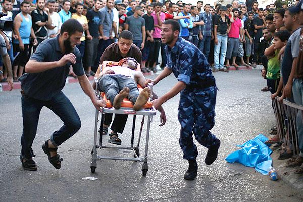 Раненого палестинца везут в госпиталь на каталке.