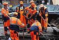 Восстановительные работы на месте провала грунта на Тверской улице.